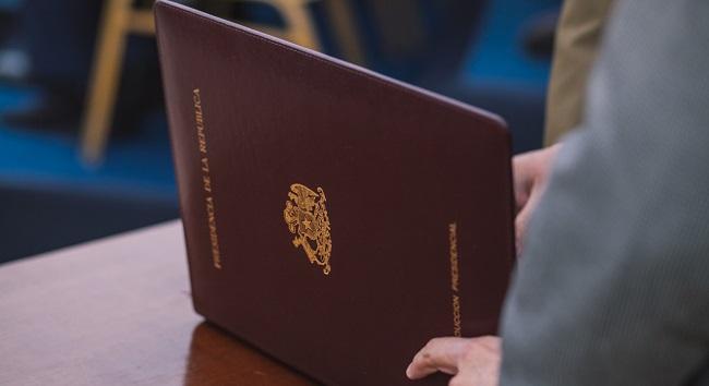 decreto que revoca el Premio Nacional a Hugo Montes
