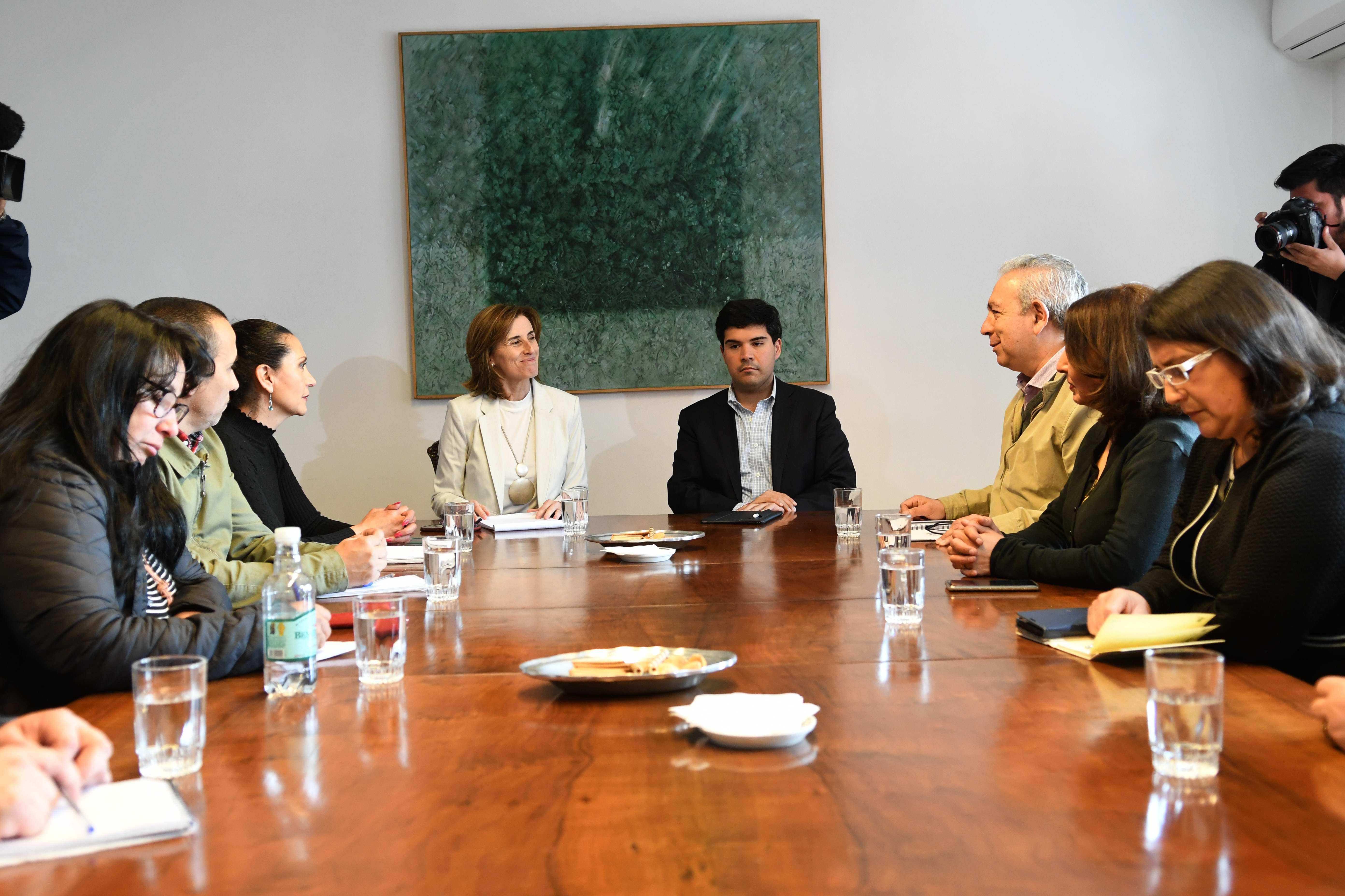 Ministra se reune con apoderados del Instituto Nacional